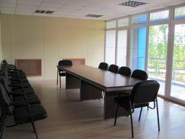 Комната совещаний в здании АБК с видом на производственную площадку