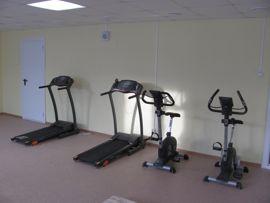Беговые дорожки и велотренажеры установлены в модульном спортивном зале
