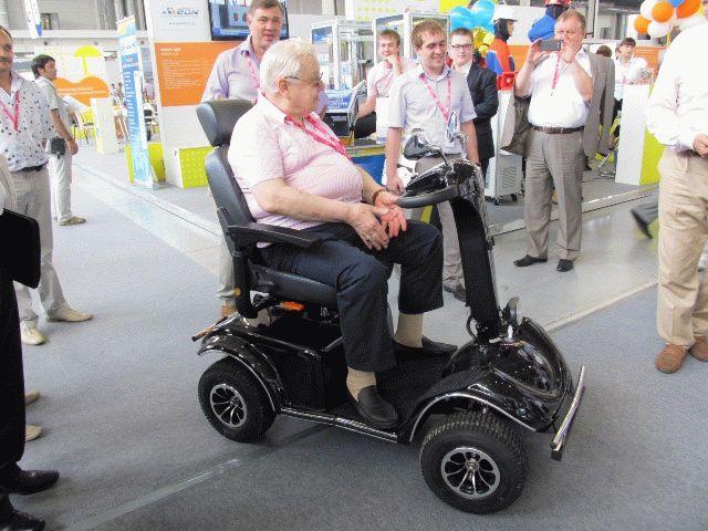 Олег Табаков испытывает новое транспортное средство