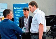 Посетители общаются с сотрудниками Группы Техмаш