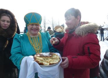 Жители села Леневское встречают гостей хлебом-солью