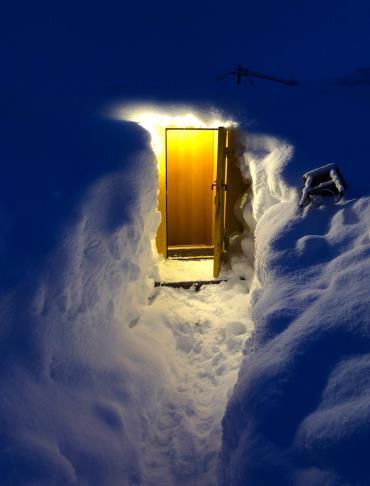 Тоннель в снегу к входу в вагон-дом