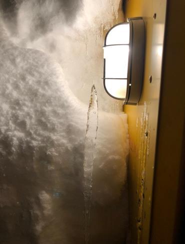 Фонарь у двери вагон-дома