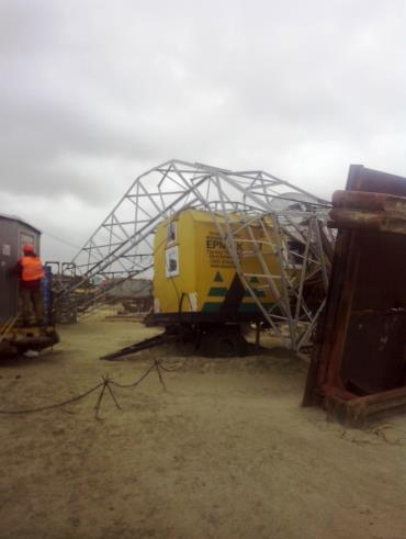 Вышка, упавшая на вагон-дом Ермак в Сабетте