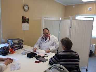 Министр здравоохранения Свердловской области Андрей Цветков ведет врачебный прием граждан в новом ФАПе