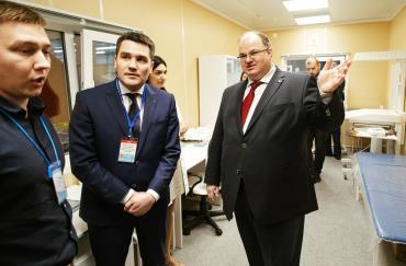 Министр здравоохранения Свердловской области Андрей Цветков посетил стенд Группы Ермак