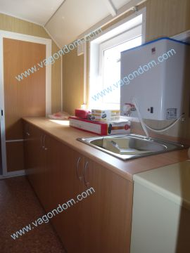 Кухонная зона в жилом вагон-доме Ермак